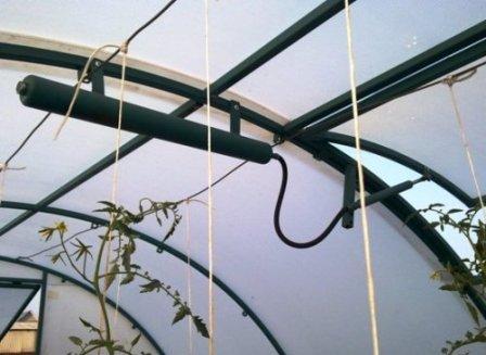 Любой огородник должен понимать, что существует прямая связь между температурой воздуха, грунта внутри теплицы, возможным урожаем