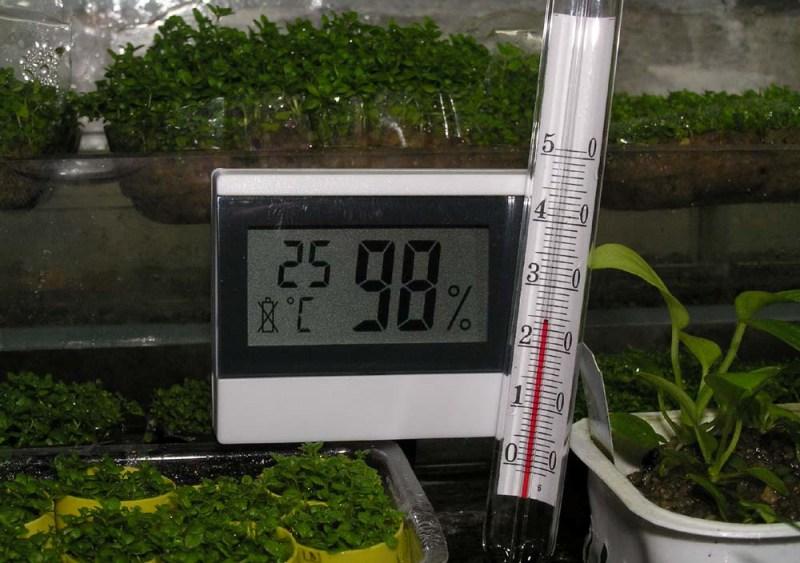 Психрометр измеряет влажность воздуха в теплице. Наиболее удобны на практике цифровые психрометры